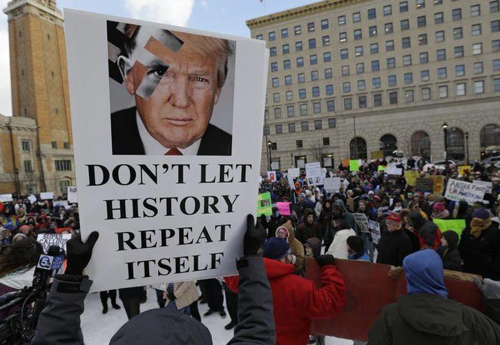 Las protestas contra Trump por su decreto contra la entrada de ciudadanos de Irak, Yemen, Irán, Somalia, Sudán, Siria y Libia no han dejado de realizarse en EU y otras partes del mundo. (AP/Tony Dejak)