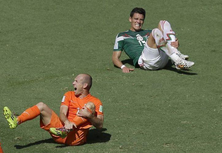 En redes sociales varios famosos manifestaron su descontento ante el triunfo de Holanda conseguido mediante un supuesto engaño de Arjen Robben (i). (AP)