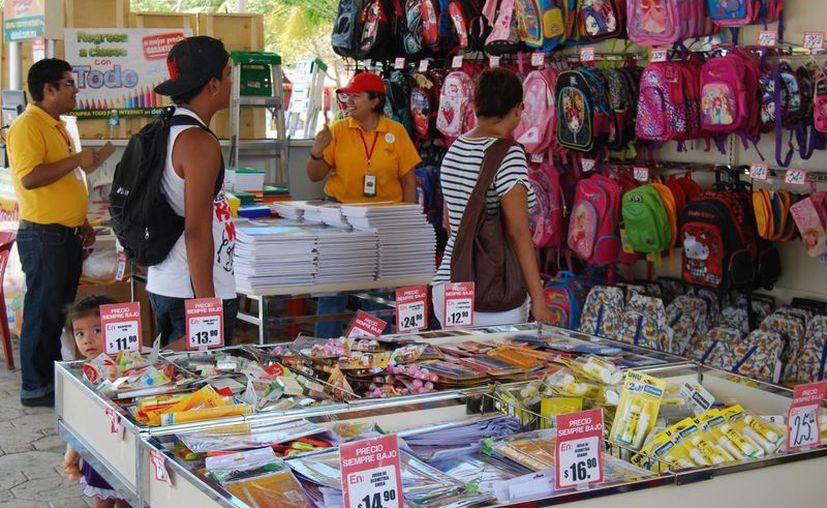 Los que no han registrado los mismos ingresos son los vendedores de mochilas: aseguran que la fecha no favorece las ventas. (Tomás Álvarez/SIPSE)