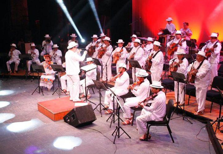 La Orquesta Típica Yukalpetén competirá mañana por un premio en la categoría de Música Regional, en la Ciudad de México. (Milenio Novedades)