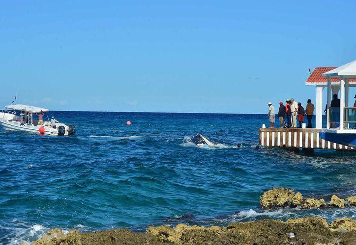 Rescate de una de las embarcaciones que han sufrido percances. (Gustavo Villegas/SIPSE)