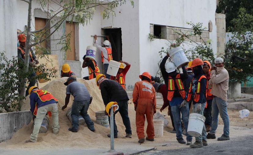 Los trabajadores de la construcción ganan menos de dos salarios mínimos. (Stephani Blanco/SIPSE)