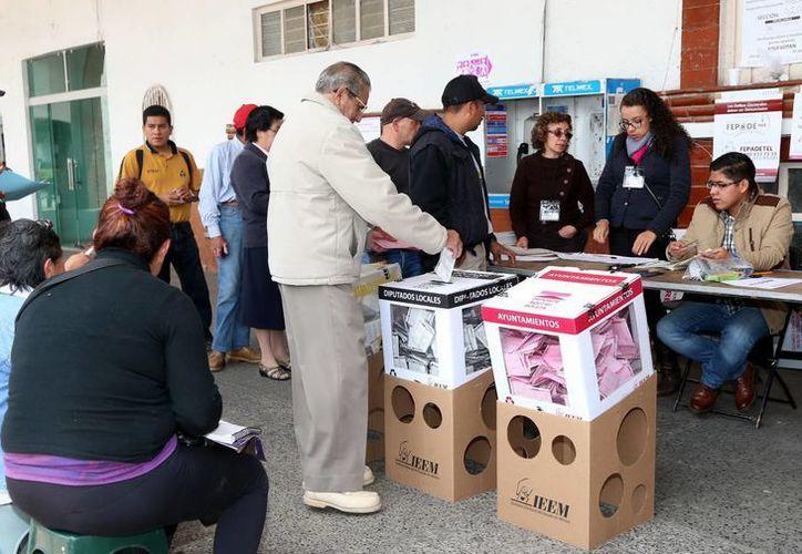 Un hombre de 60 años falleció víctima de un infarto cuando estaba en una fila para votar, en una casilla de la Ciudad de México. La foto, de contexto, corresponde a la asistencia cívica a una casilla. (Notimex)