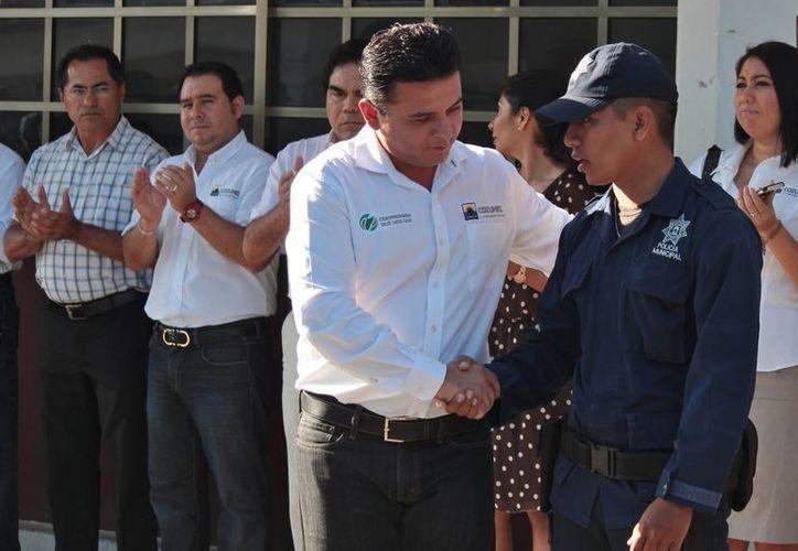 José Armado Álvarez Cupul fue reconocido por el alcalde. (Gustavo Villegas/SIPSE)