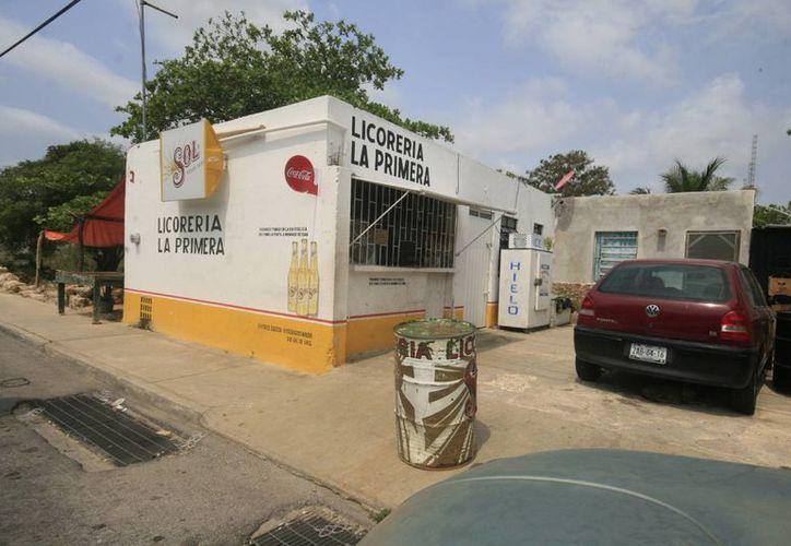 La propietaria del negocio asegura que dejó bien puestos los candados de la licorería. (Jorge Sosa/SIPSE)