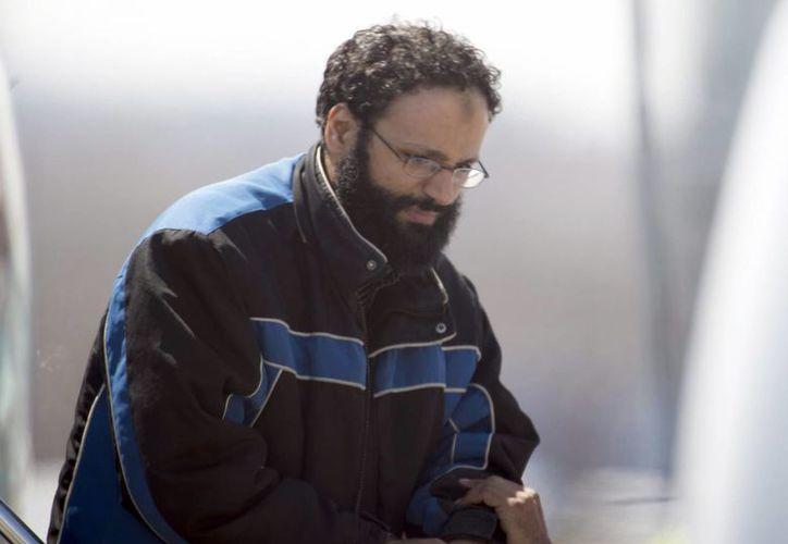 Chiheb Esseghaier, uno de los acusados, es obligado a descender de un avión por un policía canadiense en Toronto. (Agencias)