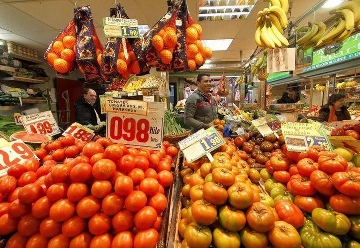 El comportamiento de los precios implica cerca de 6 pesos de reducción al costo de la canasta básica. (Archivo/Notimex)