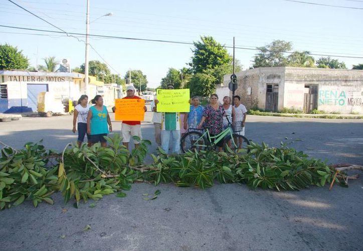 Con ramas y otros objetos, los vecinos obstaculizaron el tránsito. (Milenio Novedades)