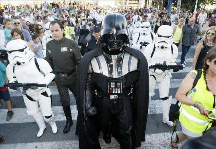 En el Día de la Guerra de las Galaxias, cientos de milaneses desfilaron por las calles con atuendos de personajes de la saga cinematográfica, cuya séptimo filme se estrenará a fines de año. (EFE/Foto de archivo)