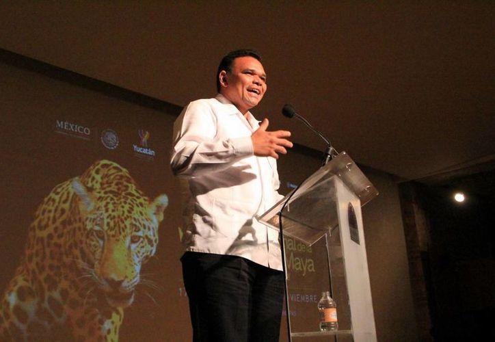 El gobernador Rolando Zapata Bello en la presentación del Festival de la Cultura Maya 2013, en la Ciudad de México. (José Acosta/SIPSE)
