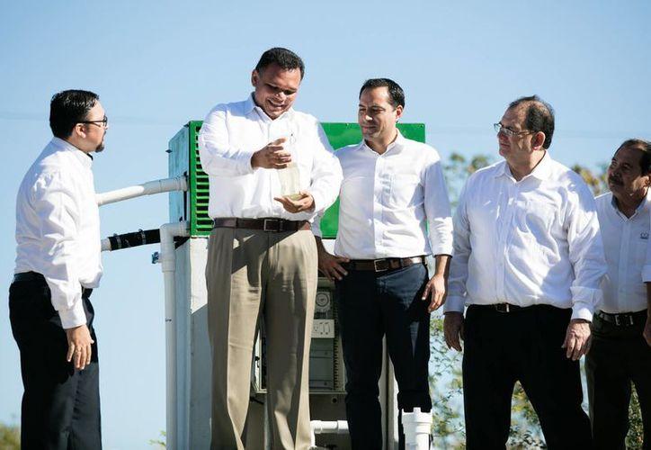Al poner en marcha la  planta de tratamiento de aguas residuales de Universidad Marista, el gobernador Rolando Zapata destacó el aporte ambiental de esta casa de estudios. (Foto cortesía del Gobierno)