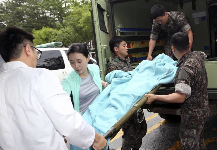 Imagen donde se muestra al detenido, completamente cubierto, en una camilla a su llegada al hospital. (Agencias)
