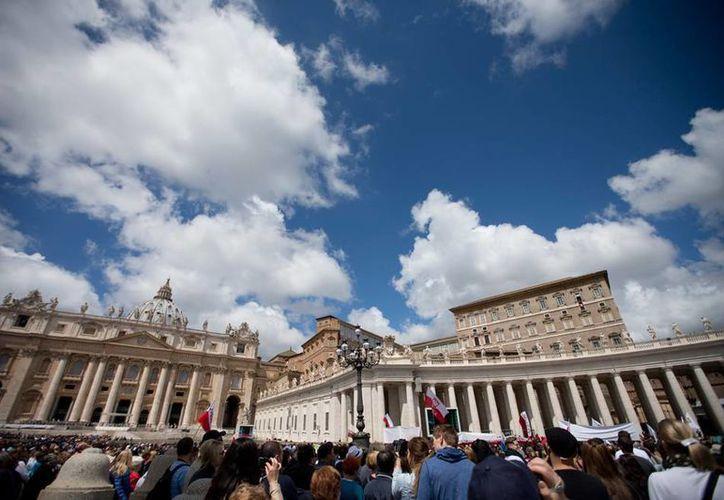 En la Plaza de San Pedro, el Papa Francisco condenó a quienes abusan de los menores, y pidió castigos más severos. (AP)