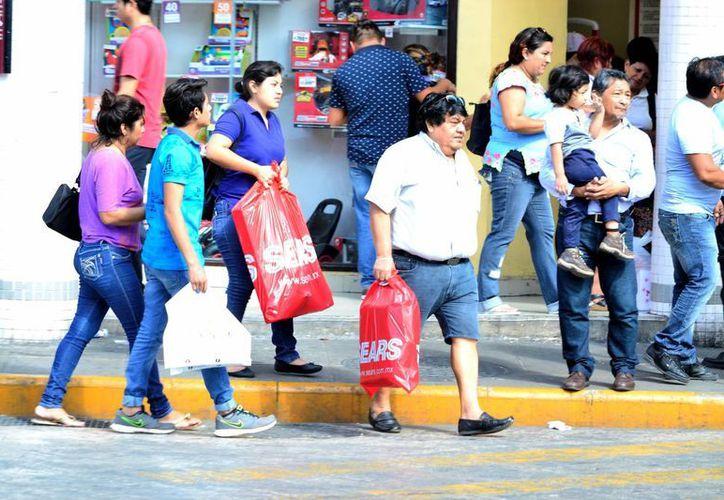 Las ventas navideñas superaron las expectativas, en Yucatán. Imagen de contexto de gente caminando en el Centro histórico de Mérida. (Milenio Novedades)
