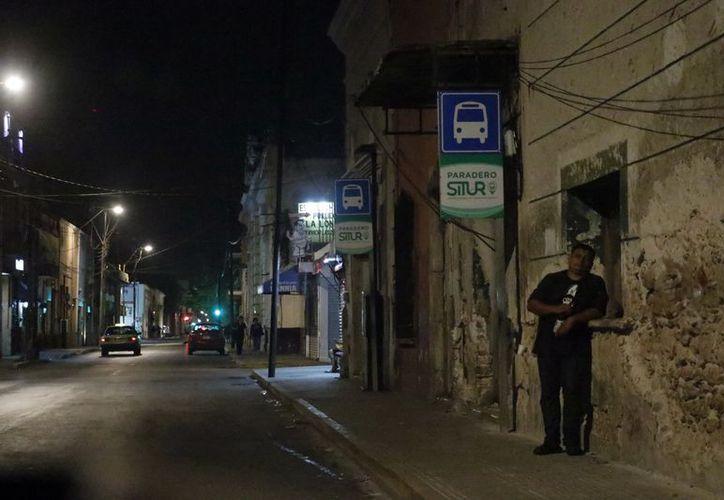 Por la noche se reduce el número de camiones urbanos, a pesar de la alta demanda de pasajeros. (Foto: Milenio Novedades)