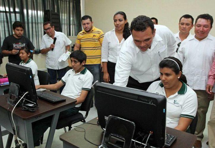 El gobernador Rolando Zapata puso en marcha el diplomado de capacitación y actualización para directores del Cobay e inauguró el centro del cómputo, ambos en la institución de Kanasín. (Cortesía)