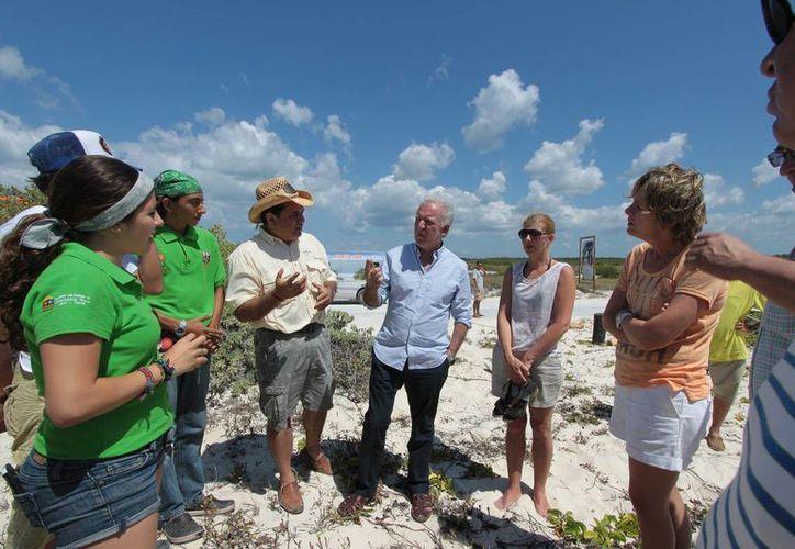 """El director de la Conafor, Jorge Rescala Pérez, visitó el parque """"Punta Sur"""". (Gustavo Villegas/SIPSE)"""
