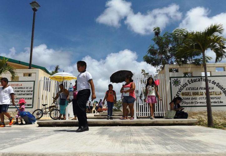 Los maestros de la primaria Miguel Hidalgo y Costilla, decidieron trabajar ayer para no ir a laborar el próximo viernes.  (Daniel Pacheco/SIPSE)