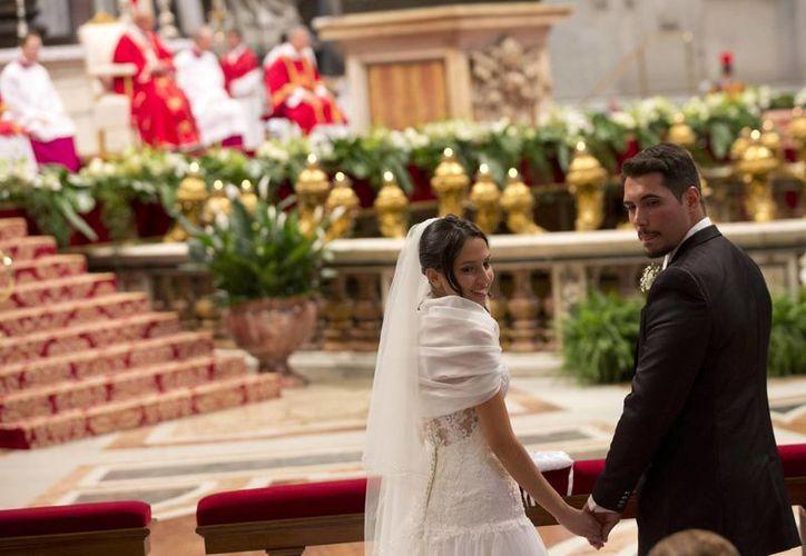 El Papa dijo a las parejas que casó este domingo en El Vaticano que Jesús les ayudará cuando el amor se desgaste. (AP)