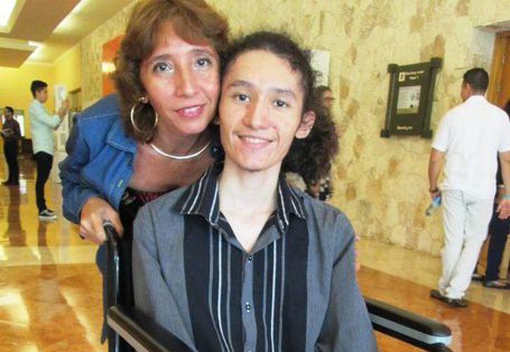 Rafa padece de hemofilia tipo A, pero el apoyo de su madre Leticia y su hermana Abril le ayudan a salir adelante. (SIPSE)