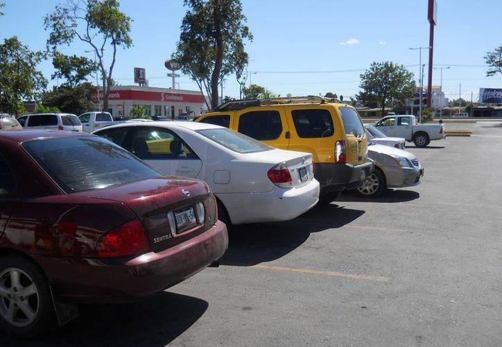 El cobro del estacionamiento no garantiza la seguridad de los vehículos de los usuarios. (Harold Alcocer/SIPSE)