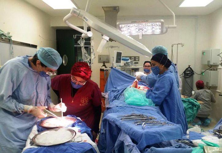 La reducción del tiempo de la lista para ser atendidos en quirófano pasará de un año a un mes. Imagen de contexto de una cirugía en un hospital de Mérida. (Archivo/Milenio Novedades)