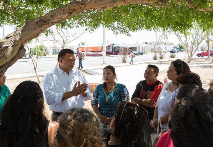 Con prevención y penas más severas, el programa Escudo Yucatán desalentará a los delincuentes, expresó el gobernador Rolando Zapata a vecinos de Ciudad Caucel. (Foto cortesía del Gobierno de Yucatán)