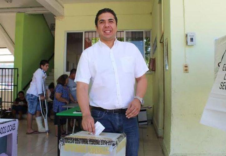 El alcalde de Progreso Daniel Zacarías al momento de ejercer su voto. (Milenio Novedades)