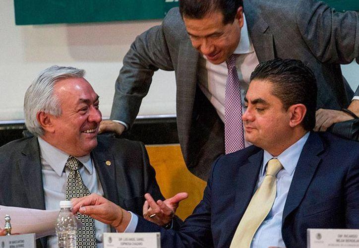 Diputados intercambian puntos de vista durante la sesión de la Comisión de Energía, en la que se aprobó la tercera minuta que le envío el Senado, en materia energética. (excelsior.com.mx)