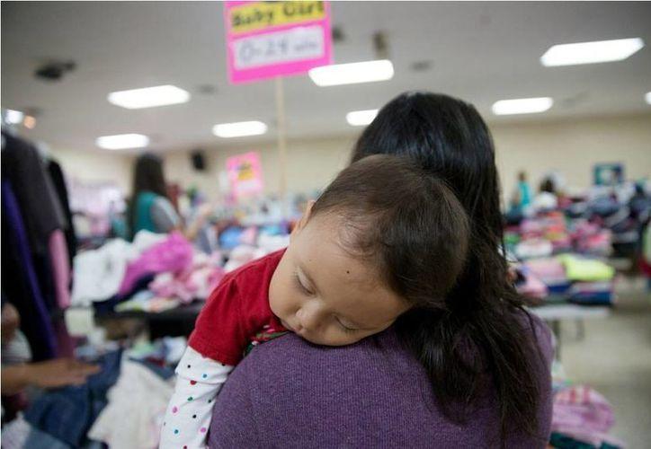 La detención de familias y menores representa un alto costo para las autoridades de Estados Unidos, aproximadamente 300 dólares diarios por cada detenido. (AP)