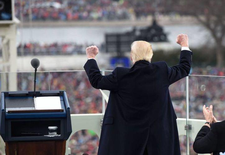 Donald Trump saluda a la multitud luego de su discurso tras jurar como Presidente de Estados Unidos, el viernes 20 de enero de 2017, en Washington, D.C., EU. (Saul Loeb/Pool vía AP)