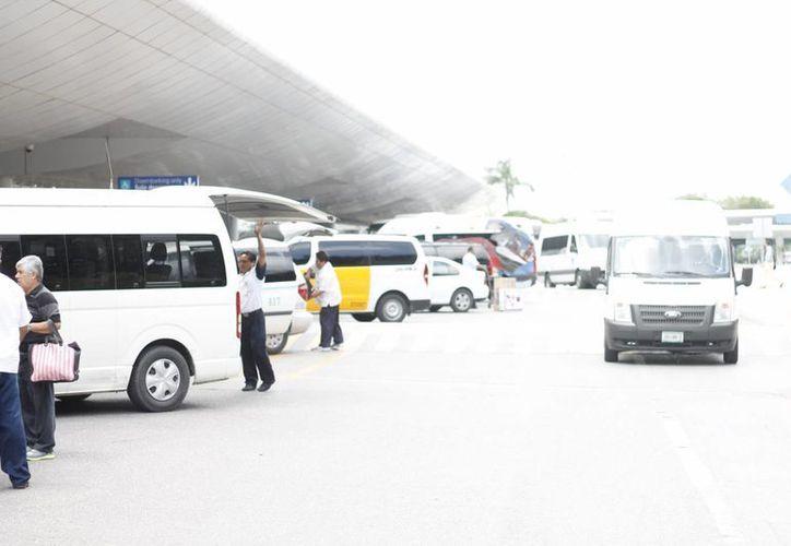 Operadores transportan a turistas del aeropuerto a los hoteles de Cancún o la Riviera Maya. (Israel Leal/SIPSE)