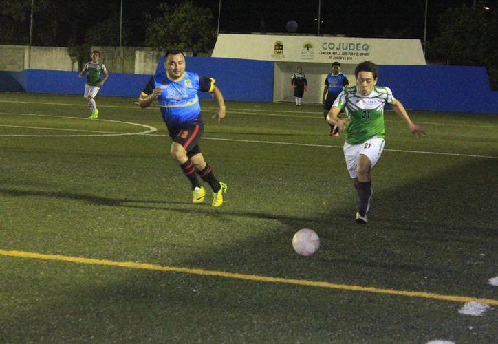 Los dos semifinalistas se trenzaron en una intensa lucha por el control de la pelota, que derivó en emocionantes jugadas. (Miguel Maldonado/SIPSE)