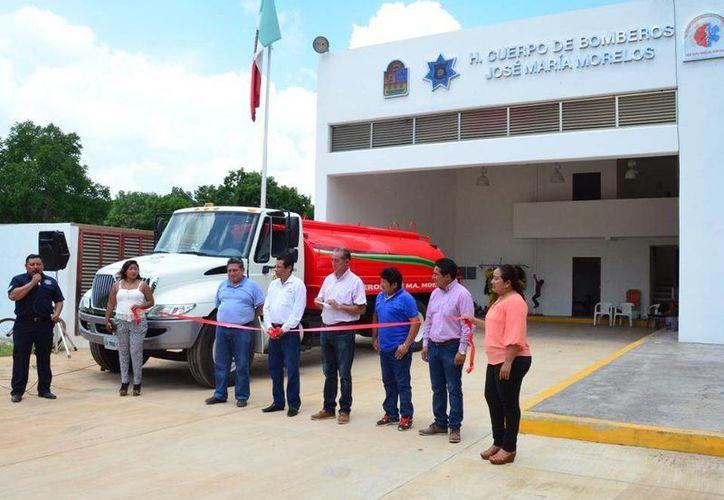 Entre las áreas del edificio destaca la oficina central, sanitarios, espacios para material de bomberos y dormitorios. (Tony Blanco/SIPSE)