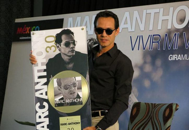 """La disquera Sony Music México entregó al cantante puertorriqueño un Disco de Oro por las ventas de """"3.0"""". (Agencias)"""