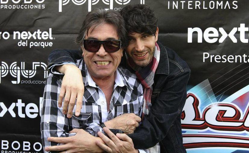 """Benny Ibarra padre e hijo durante la presentación de la nueva versión de la puesta en escena """"Vaselina"""". (Notimex)"""