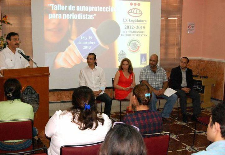 los ponentes enfatizaron la necesidad de que los reporteros organicen sus agendas, aprendan técnicas y se capaciten. (Wilbert Argüelles/SIPSE)