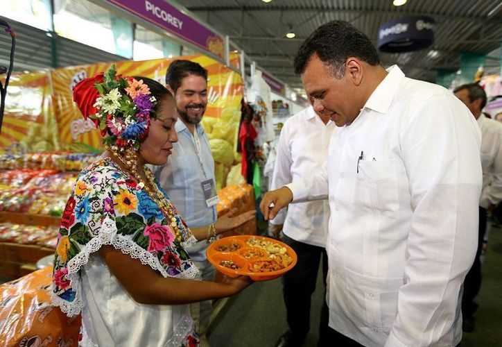 Zapata Bello acudió ayer viernes a la inauguración de la Semana de Yucatán en México, en el Palacio de los Deportes. (SIPSE)