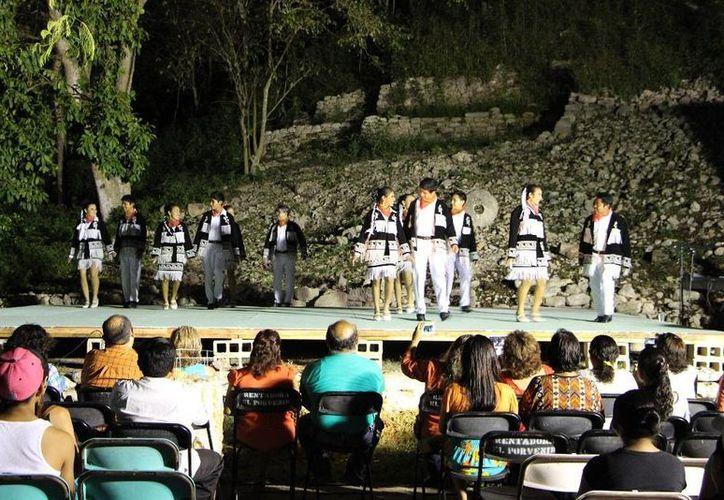"""El Consejo Nacional de Fomento Educativo organizó un evento cultural en el cerro """"Kaantunich"""". (Redacción/SIPSE)"""