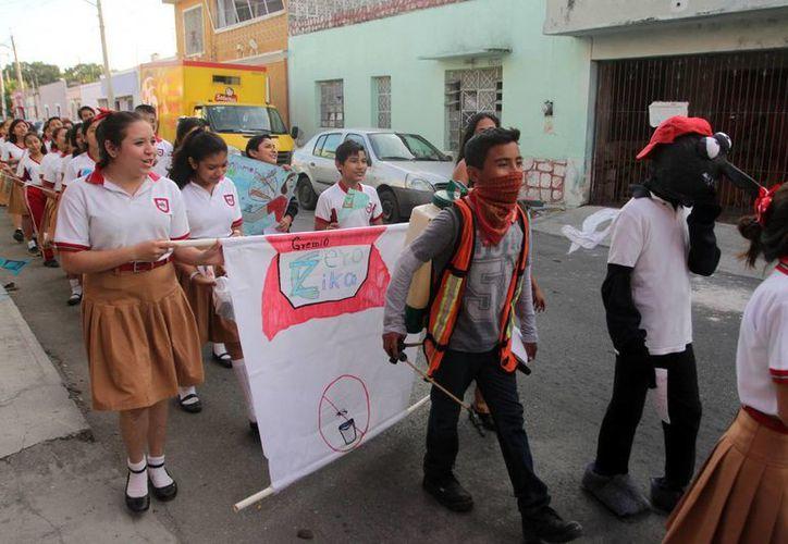 Durante su recorrido por las calles los jóvenes repartieron trípticos con información para prevenir zika, dengue y chikungunya. (Amílcar Rodríguez)