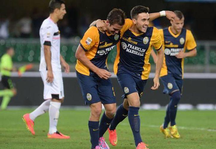 Juanito Gómez (c) anotó en el segundo tiempo para dar el empate al Hellas Verona ante el Cesensa en la Serie A de Italia. (zimbio.com)