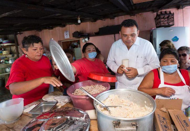 El gobernador Rolando Zapata Bello entró hasta la cocina de uno de los dos Comedores del Bienestar que inauguró el jueves en Mérida. (SIPSE)