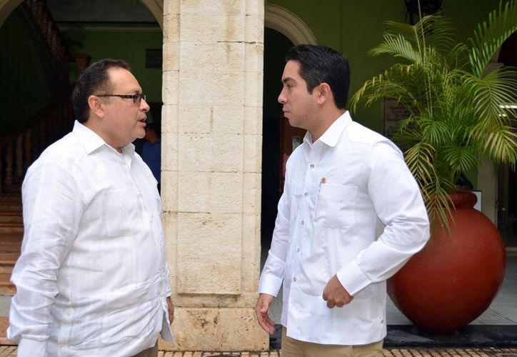 Luis Borjas Romero, director del Inicc, platicando con Ernesto Herrera. (Theani Ruz/SIPSE)