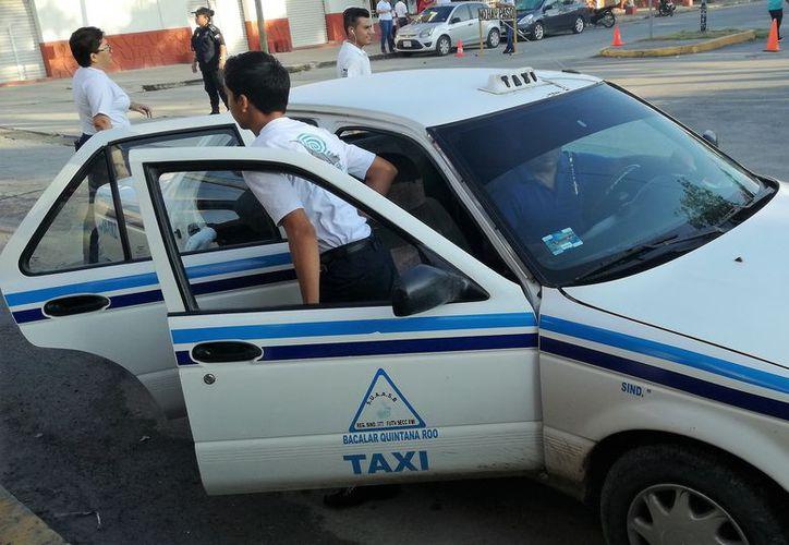 Los vecinos dicen además, que los taxistas transitan en la zona turística  en busca de paseantes, evitando llegar a las colonias. (Javier Ortiz/SIPSE)