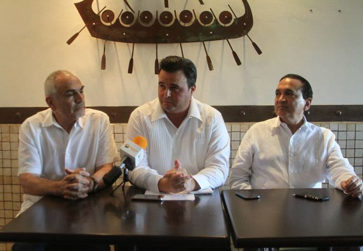 Carol Kolozs Fisher, Alvaro Mimenza Aguiar y José Manuel López Campos, vicepresidente de Turismo de la Canaco-Servytur, líder de la Canirac y presidente de la Canacome, respectivamente, en conferencia de prensa sobre la ley seca en Mérida. (César González/SIPSE)