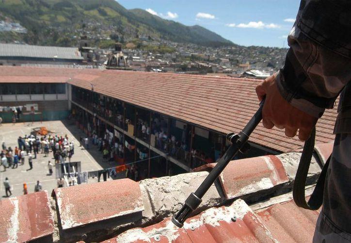 Al menos 8 reos muertos y 24 heridos fue el saldo que dejó un motín ocurrido en una cárcel de Guatemala. Cuerpos de seguridad realizaron operativos de vigilancia y verificación en el penal para retomar el control. (EFE)