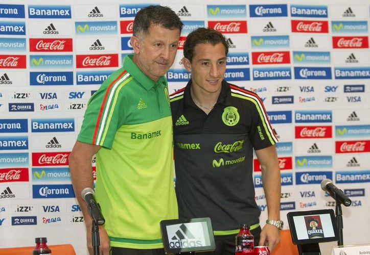 El técnico Juan Carlos Osorio y Andrés Guardado en la conferencia de este viernes de cara a su duelo contra El Salvador, en el debut tricolor en las eliminatorias mundialistas rumbo a Rusia 2018.(Imágenes de Mexsport)