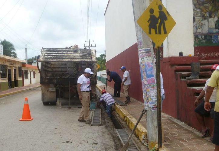 Los trabajos son realizados por empleados de Obras Públicas. (Raúl Balam/SIPSE)