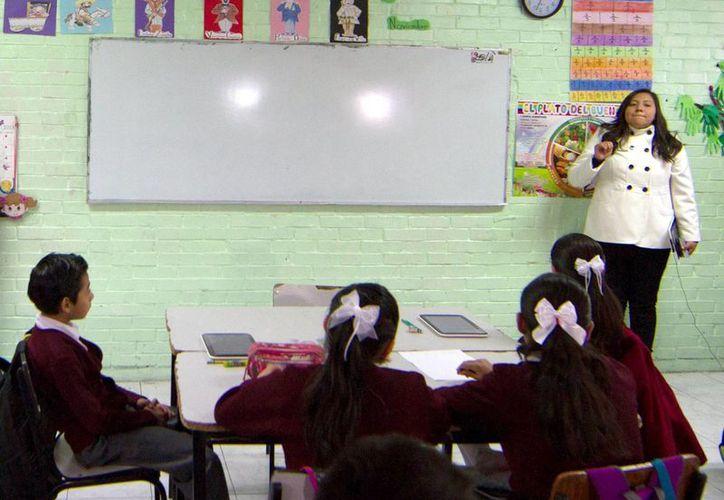 El plan 'Escuela al Centro' reducirá la carga burocrática de los maestros para que se dediquen completamente a sus tareas educativas. (Notimex/Archivo)