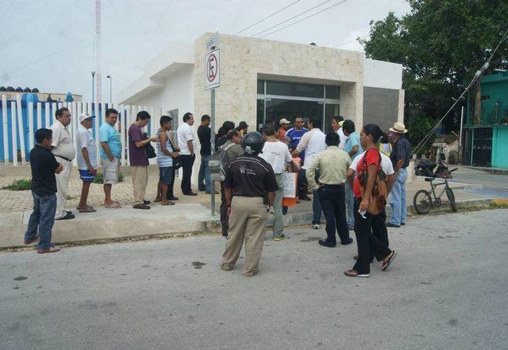 Un grupo de ciudadanos protestó ayer contra las tarifas desproporcionadas que les ha cobrado Aguakan. (Adrián Barreto/SIPSE)